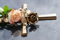 Grab mit Rose, Kreuz, Allerheiligen, Allerseelen, Totensonntag, Textraum, copy space