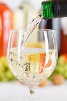 Wein einschenken eingießen aus Weinflasche Weinglas Weißwein Hochformat Weisswein Flasche