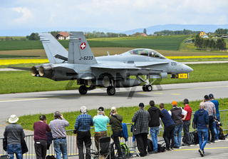 Spotter beobachten Kampfflugzeug McDonnell Douglas F/A 18C Hornet, Schweizer Luftwaffe