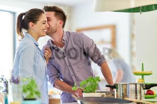 Verliebt  junges Paar beim kochen am Herd