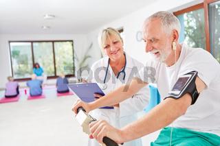 Senior auf dem Ergometer beim Fitness Check