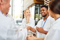 Oberarzt begrüßt afrikanischen Kollegen mit handshake