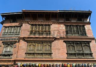 Kunstvoll geschnitzte Fenstergitter im traditionellen Newar Stil, Kathmandu, Nepal