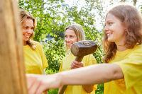 Junge Frauen arbeiten und bauen als Team