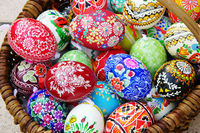 Ostern, handbemalte bunte Ostereier in einem Korb