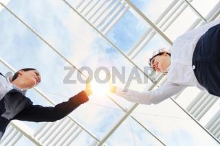 Zwei weibliche Geschäftleute geben sich High Five