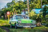 Amerikanischer blauer Oldtimer auf der Landstrasse nach Matanzas Kuba - Serie Kuba Reportage