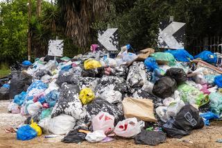 Gestapelte Müllsäcke