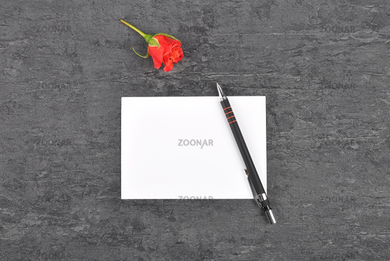Notizzettel, Stift und rote Rose auf Schiefer - Memo, pen and red rose on slate