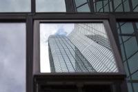 Verschwommene Reflektion eines modernen Bürogebäudes in Frankfurt, Deutschland