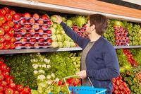 Kunde kauft Gemüse in der Gemüseabteilung