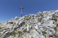 Der Breitenstein in den bayerischen Voralpen im Sommer mit Gipfelkreuz