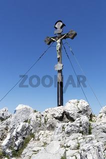 Gipfelkreuz auf dem Breitenstein in den bayerischen Voralpen im Sommer