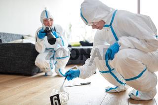 Kriminaltechniker der Polizei untersuchen Tatort