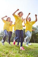 Junge Leute feiern als Sieger Team