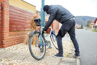 Dieb klaut Fahrrad in Stadt