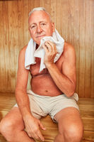 Alter Mann genießt die gesunde Wärme
