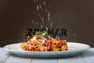 Parmesan fällt auf pasta