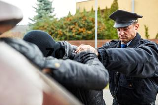 Polizist macht Leibesvisitation