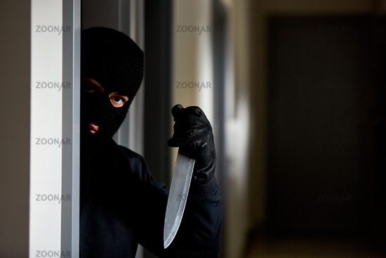 Räuber mit Messer als Waffe im Haus