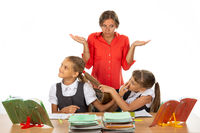 The girls in the lesson made a squabble, the teacher does not know what to do with them