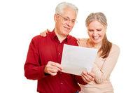 Paar Senioren liest gute Nachrichten als Brief