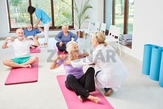 Senioren Kurs macht Physiotherapie und Rehasport