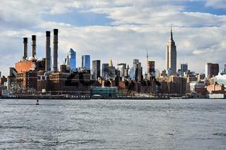 New York City Skyline mit Con Edison Kraftwerk und Empire State Building