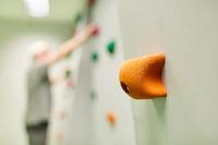 Griff an einer Kletterwand zum Bouldern im Fitnesscenter