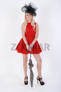 Sexy Blonde Sami, gekleidet fur Ascot in einem roten Kleid und schwarzen Hut