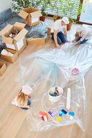 Familie und Kinder beim Renovieren
