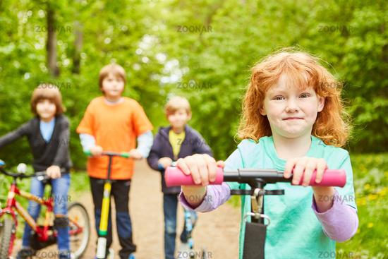 Gruppe Kinder auf einer Radtour im Park