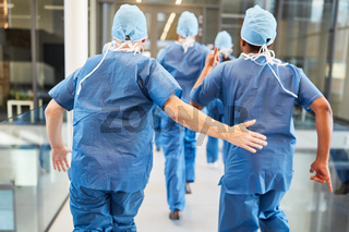 Gruppe Chirurgen laufen zu Notfall in Klinik