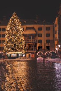 Glowing Large Christmas Tree European Holiday Season Orange Marketplace Courtyard Holiday Decoration