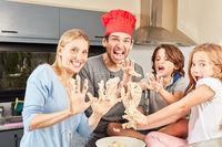 Eltern und Kinder albern herum beim Teig kneten