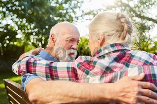 Senioren Paar auf Parkbank beim Kennenlernen