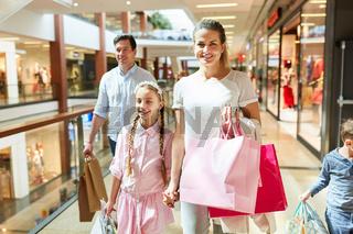 Eltern und Kinder beim Einkaufsbummel