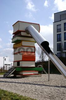 Markante Rutsche mit Bücherstapel