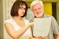 Heilpraktiker zeigt Senior Therapieplan