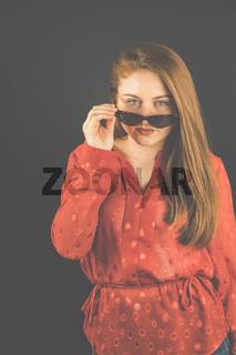 Frau, 23-30 Jahre jung, brünett, Portrait mit Sonnenbrille