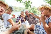 Senioren Gruppe beim Melone essen