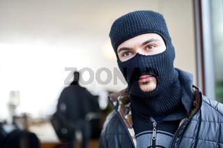 Einbrecher mit Sturmmaske im Haus
