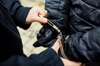 Hände in Handschellen bei Festnahme