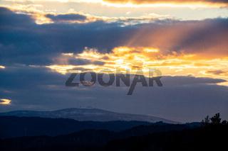 Blick auf den Brocken im Harz bei Sonnenuntergang