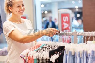 Frau beim Shopping in einer Boutique