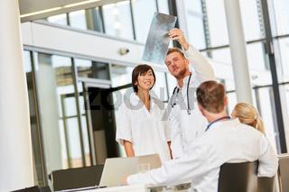 Arzt oder Dozent zeigt Studentin ein Röntgenbild