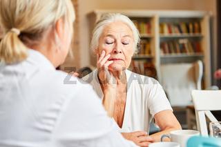 Therapeutin betreut Seniorin mit Depression