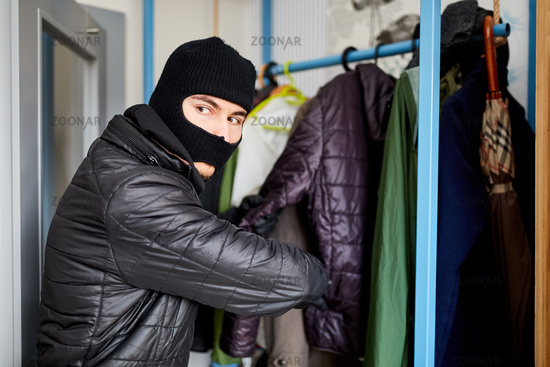 Einbrecher sucht Wertsachen bei Einbruch