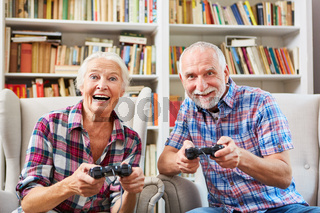 Paar Senioren spielt begeistert Videospiel