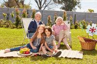 Glückliche Enkel beim Picknick mit den Großeltern